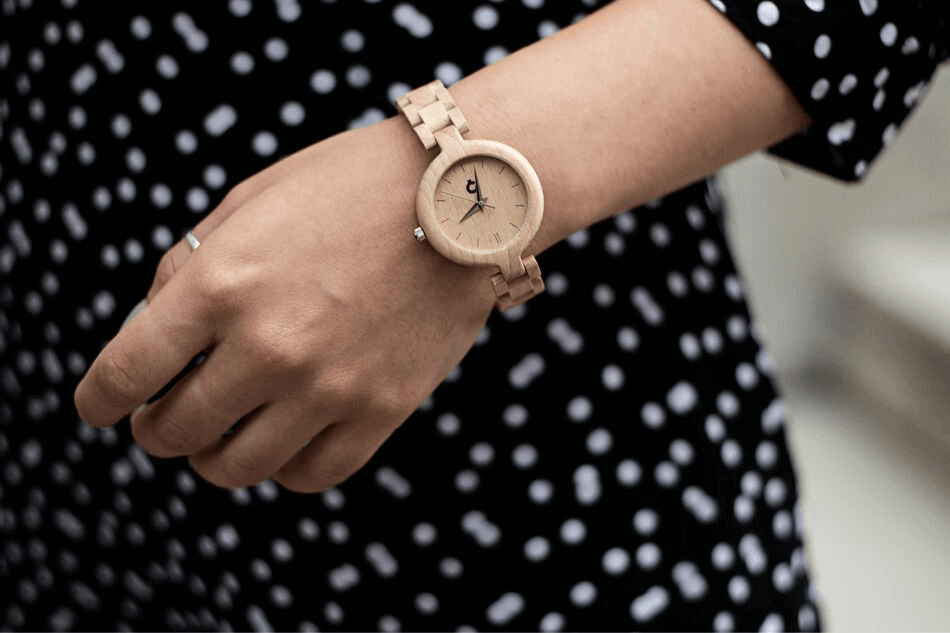 zegarek na drewnianej bransolecie
