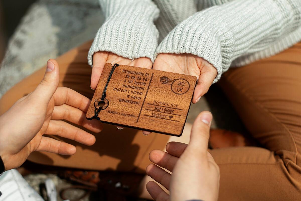 Życzenia na Dzień Chłopaka - 7 oryginalnych propozycji na drewnianej kartce