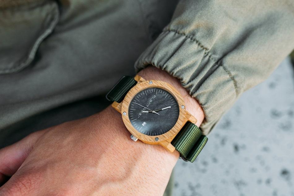 drewniany zegarek meski na lewej rece