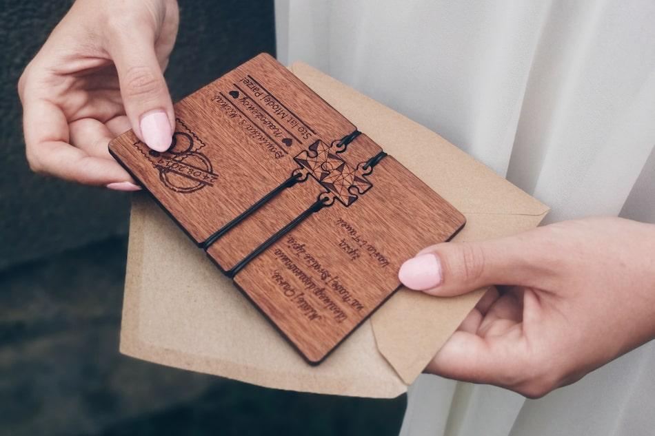 kartka ślubna z drewna