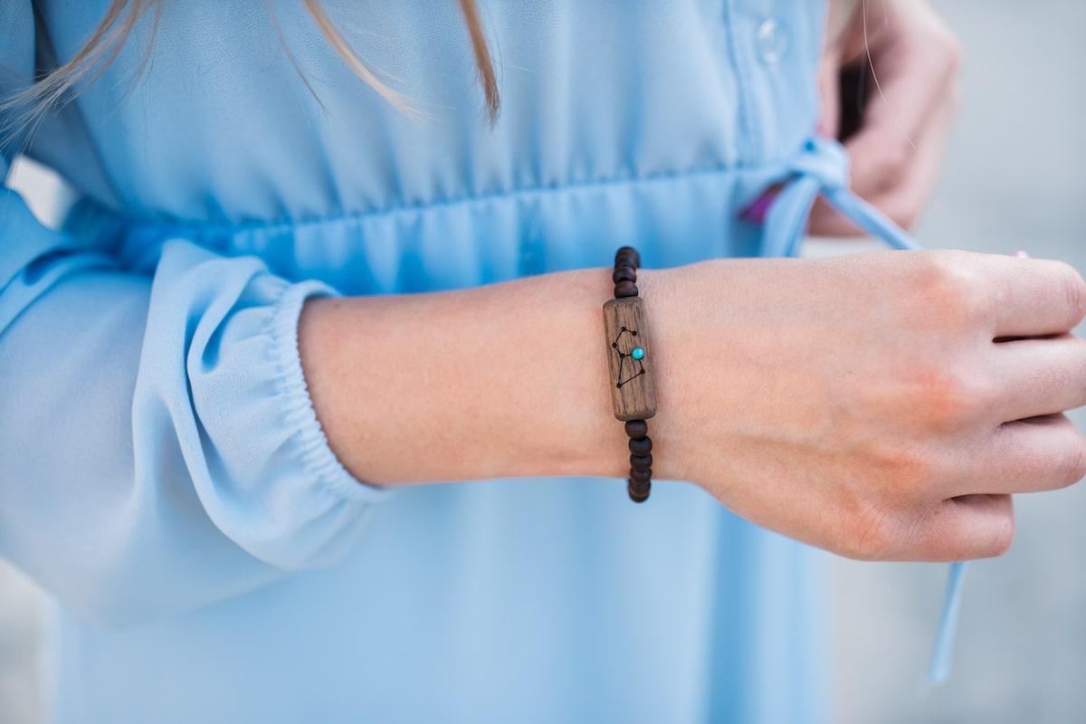 na której ręce nosi się bransoletkę