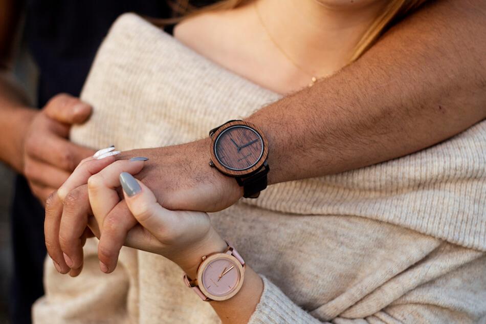 na której ręce nosi zegarek mężczyzna