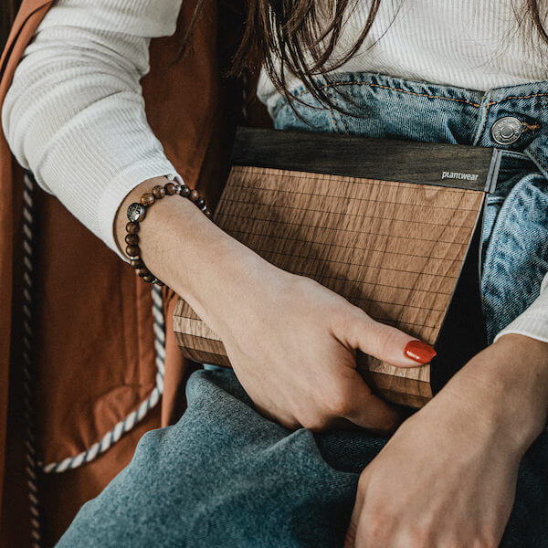 drewniana torebka kopertówka orzech; drewniane torebki