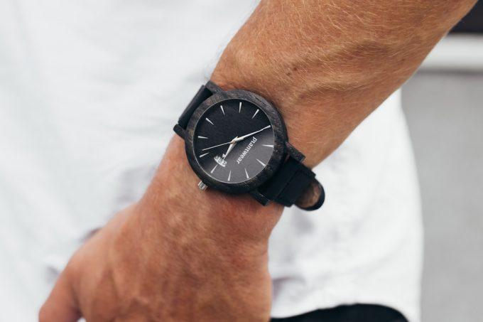 drewniany zegarek czarny dąb Plantwear