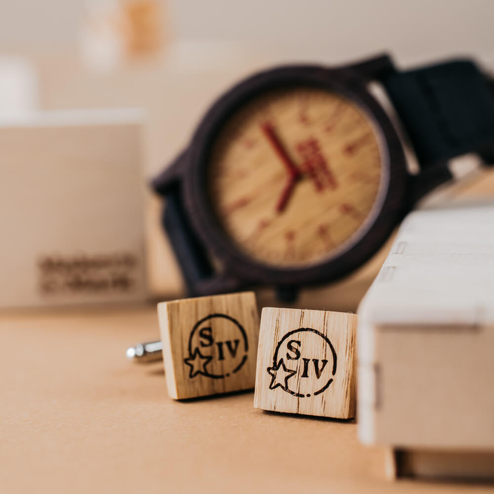 drewniane spinki do mankietów, pomysł na prezent dla pracowników
